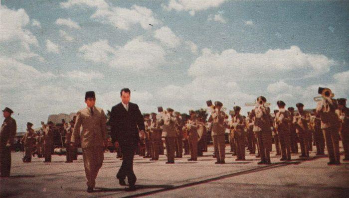 Presiden Soekarno bersama Wakil Presiden Amerika Serikat Richard Milhous Nixon berjalan di depan korps musik penyambutan di Washington Military Airport.