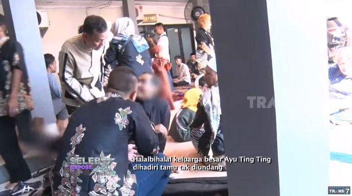 Laki-laki menerobos acara halal bihalal <a href='https://bangka.tribunnews.com/tag/ayu-ting-ting' title='AyuTingTing'>AyuTingTing</a>.