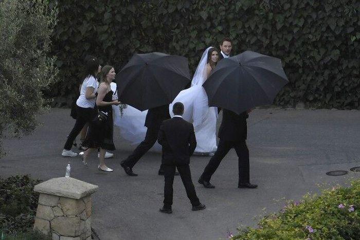 Katherine kenakan gaun putih cantik di pernikahannya.