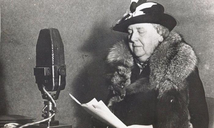 Kendati mengungsi ke Inggris, dari corong Radio Oranje, Ratu Wilhelmina menyerukan semangat kepada warga Belanda yang tengah diduduki Jerman.