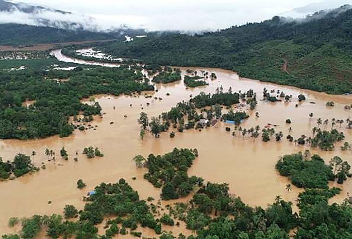 Foto udara kondisi banjir yang merendam perumahan warga di Kecamatan Asera, Konawe Utara, Sulawesi Tenggara, Minggu (9/6/2019). Akibat intensitas hujan tinggi menyebabkan Sungai Lasolo meluap dan menyebabkan banjir bandang, sementara pihak BPBD Kabupaten Konawe Utara mencatat sebanyak 1.054 unit rum
