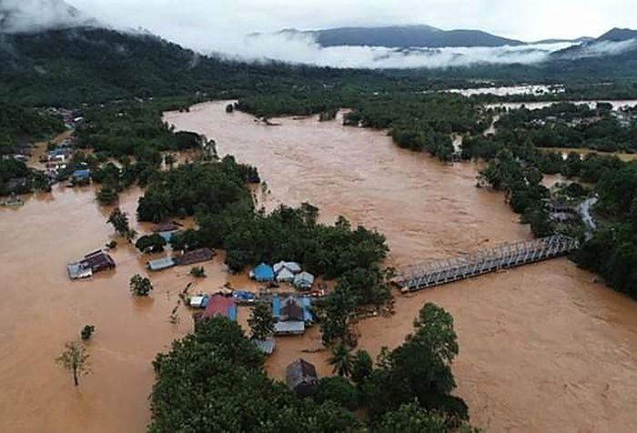 Foto udara jalan trans sulawesi terendam banjir bandang di Kecamatan Asera, Konawe Utara, Sulawesi Tenggara, Minggu (9/6/2019). Akibat intensitas hujan tinggi menyebabkan Sungai Lasolo meluap dan menyebabkan banjir bandang, sementara pihak BPBD Kabupaten Konawe Utara mencatat sebanyak 1.054 unit rum