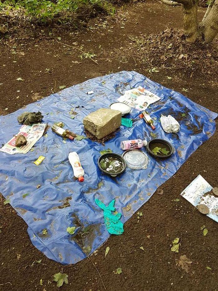 Sampah-sampah yang juga ditemukan oleh Amanda di lokasi tersebut.