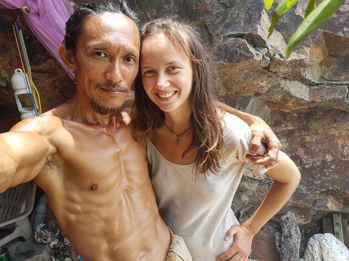 Losiri dengan seorang turis wanita guanya. (Facebook The Cave Man)