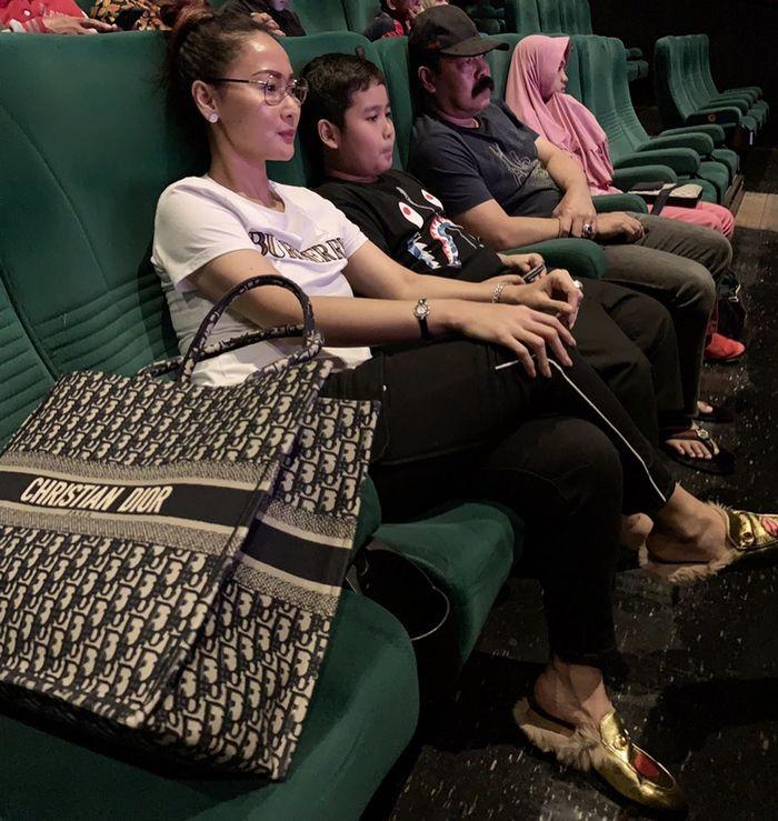 Bukan Merek Hermes Ini Tas Favorit Artis Cantik Indonesia Yang Bentuknya Seperti Kantung Belanjaan Semua Halaman Stylo