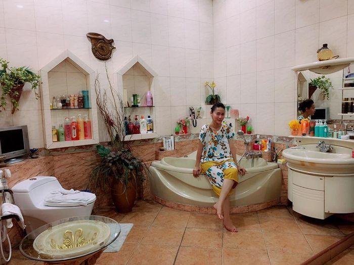 Mewahnya kamar mandi Inul Daratista di kampung halamanya di Pasuruan, Jawa Timur