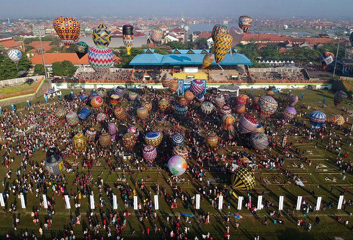Sejumlah peserta mengikuti Java Traditional Balloon Festival Pekalongan 2019 di Stadion Hoegeng, Pekalongan, Jawa Tengah, Rabu (12/6/2019). AirNav Indonesia bekerja sama dengan pemerintah setempat mengadakan festival balon dengan cara ditambatkan di tanah yang diikuti oleh 107 peserta dengan harapan