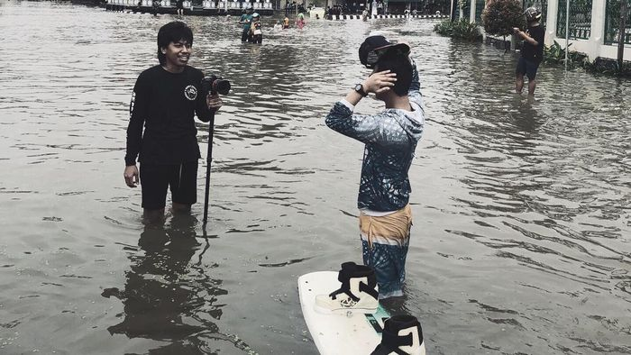 Proses pengambilan gambar untuk video 'Wakeboarding in the City Flood'.