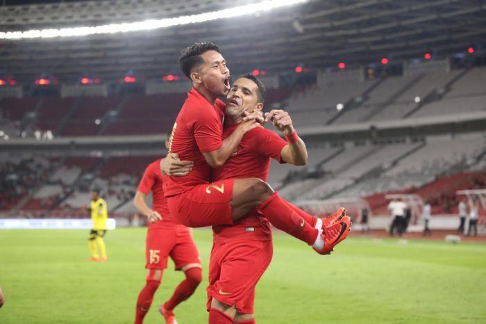 Andik Vermansah dan Alberto Goncalves merayakan gol pada laga timnas Indonesia Vs Vanuatu di Stadion Utama Gelora Bung Karno, Sabtu (15/6/2019).