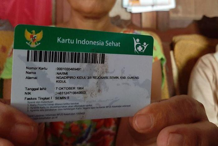 Narmi (55) menunjukkan KIS miliknya yang sudah tak aktif lagi, Jumat (14/6/2019).