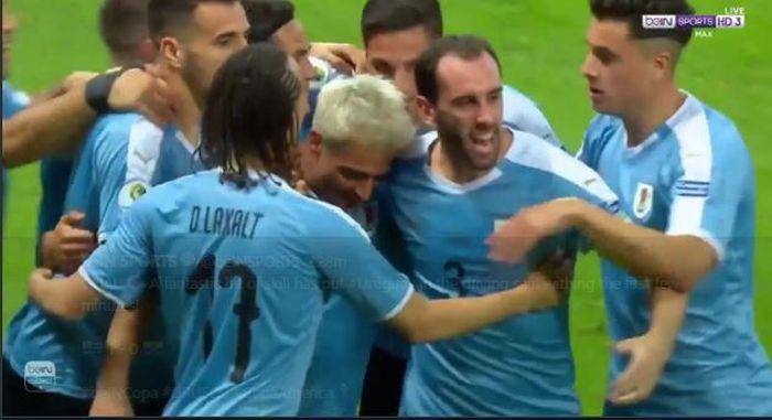 Para pemain timnas Uruguay merayakan gol Nicolas Lodeiro saat menghadapi Ekuador pada laga babak Grup C Copa America 2019, 16 Juni 2019.