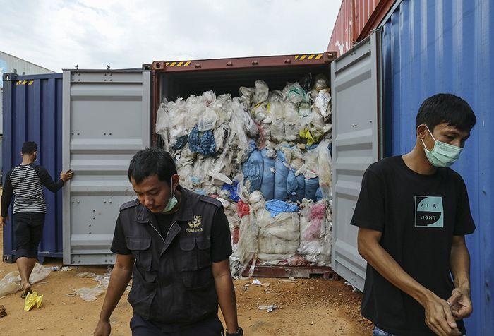Petugas dari bea cukai memeriksa sejumlah kontainer berisi sampah yang dikirim dari luar negeri, di Pelabuhan Batu Ampar, Batam, Sabtu (15/6/2019). Indonesia dilaporkan sudah mengirim lima kontainer sampah ke negara asal, Amerika Serikat, yang menurut dokumen bea cukai, kontainer itu seharusnya hany