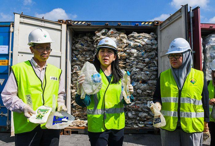 Menteri Lingkungan Hidup Malaysia, Yeo Bee Yin (tengah) menunjukkan sampel limbah plastik dari Australia yang akan dikirimkan kembali dari Port Klang, sebelah barat Kuala Lumpur, Malaysia, Selasa (28/5/2019). Pemerintah Malaysia menegaskan akan mengirimkan ribuan ton sampah plastik yang telah dibuan