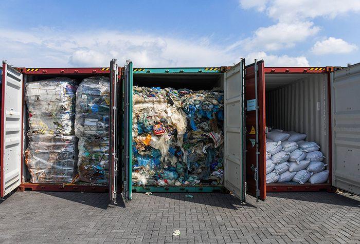 Penampakan sejumlah kontainer berisi sampah plastik yang akan dikirim kembali ke negara asal di Port Klang, sebelah barat Kuala Lumpur, Malaysia, Selasa (28/5/2019). Pemerintah Malaysia menegaskan akan mengirimkan ribuan ton sampah plastik yang telah dibuang secara ilegal ke wilayah mereka, kembali