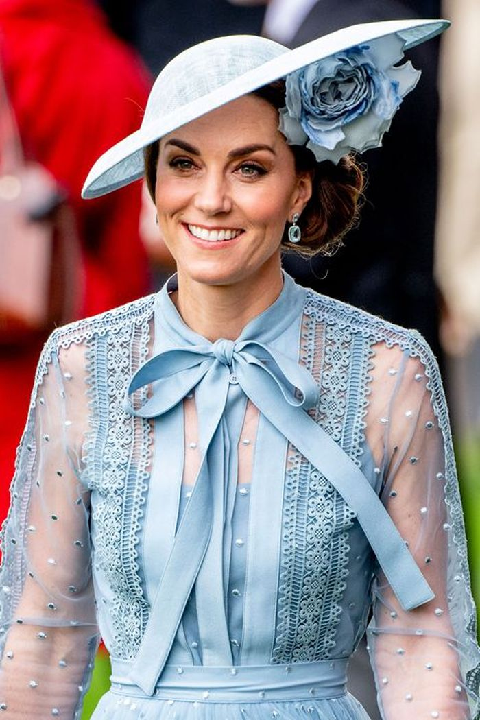 Tatanan rambut kepang samping Kate Middleton berpadu dengan topi fascinator