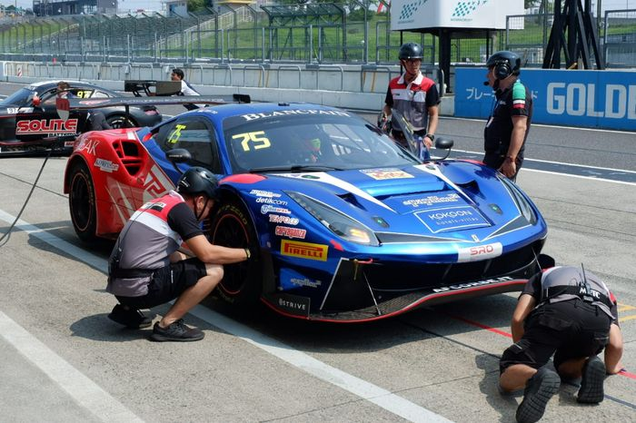Mobil Ferrari 488 GT3 yang digunakan pembalap asal Indonesia, Rio Haryanto, untuk berkompetisi di kelas Pro-Am pada ajang Blancpain GT World Challenge Asia 2019 di Sirkuit Suzuka, Jepang.