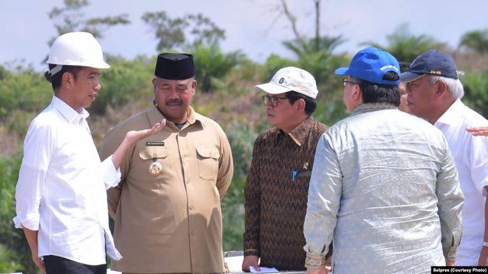Jokowi berdiskusi dengan sejumlah pejabat dalam lawatan di Kalimantan terkait ibukota baru.