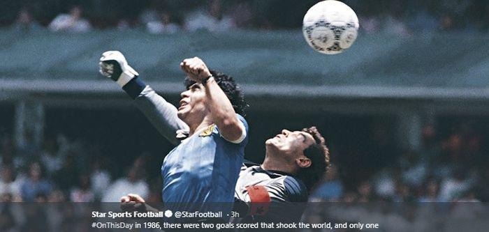 Striker timnas Argentina, Diego Maradona, berduel dengan kiper timnas Inggris, Peter Shilton pada Piala Dunia 1986 di Stadion Azteca, Meksiko.