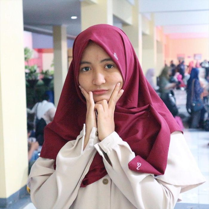 Hijab warna maroon