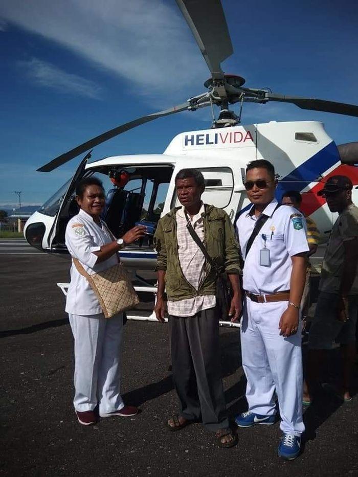 Mantri Patra saat dikirim ke pedalaman papua