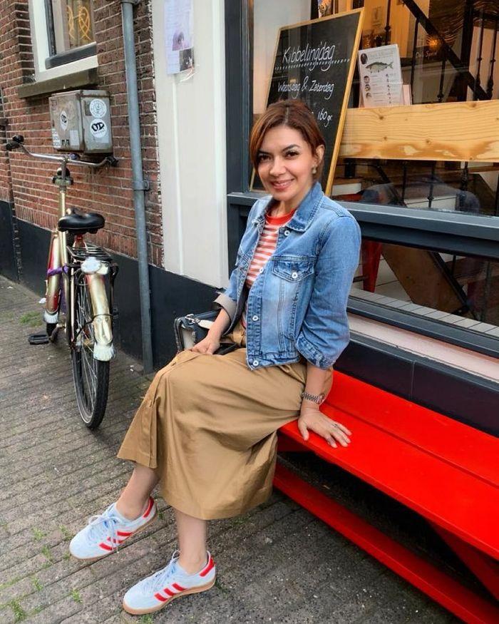 Lihat Tampilan Najwa Shihab Saat Liburan ke Belanda yang Dinilai Awet Muda dengan gaya kasual
