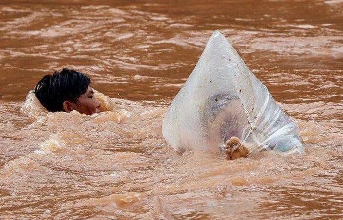 Mereka disebrangkan di sungai beraliran deras (Philipine News via siakapkeli.my)