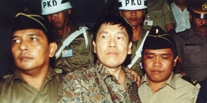 Nasional Kompas__ Eddy Tansil (tengah) buronan paling dicari oleh aparat penegak hukum Indonesia