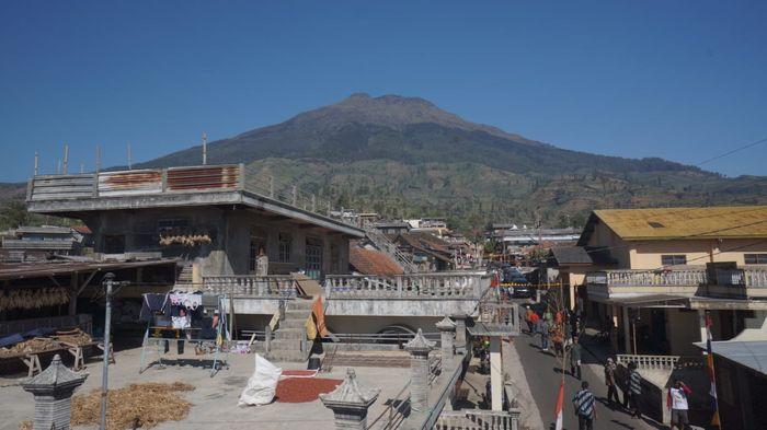 Suasana Dusun Lamuk Gunung, Desa Legoksari, Kecamatan Tlogomulyo, Kabupaten Temanggung dengan latar belakang Gunung Sumbing.