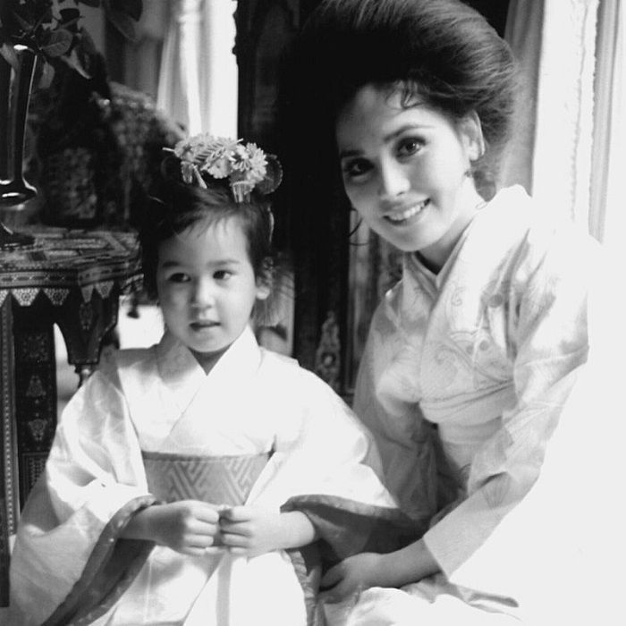 Potret istri Soekarno, Ratna Sari Dewi alias Dewi Soekarno bersama putrinya Kartika Sari Dewi Soekarno semasa kecil.