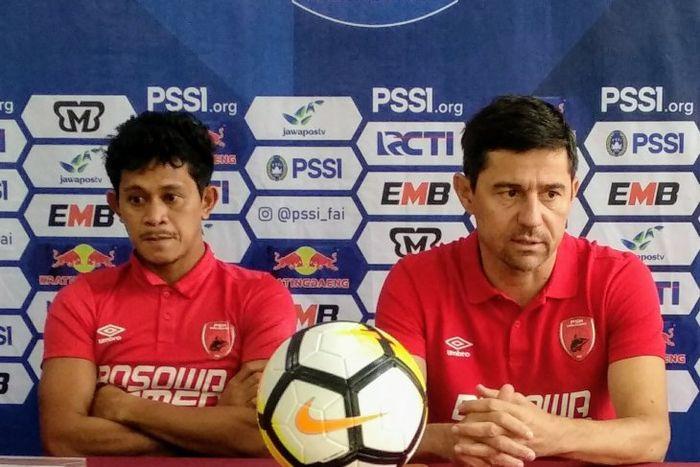 Pelatih PSM Makassar, Darije Kalezic, bersama pemainnya, Rizky Pellu, memberikan keterangan saat jumpa pers jelang laga kontra Madura United pada leg pertama semifinal Piala Indonesia 2018.