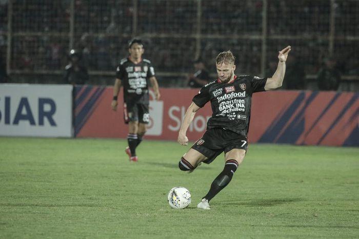 Striker Bali United, Melvin Platje, saat membela timnya melawan Perseru Badak Lampung FC pada pekan keenam Liga 1 2019.