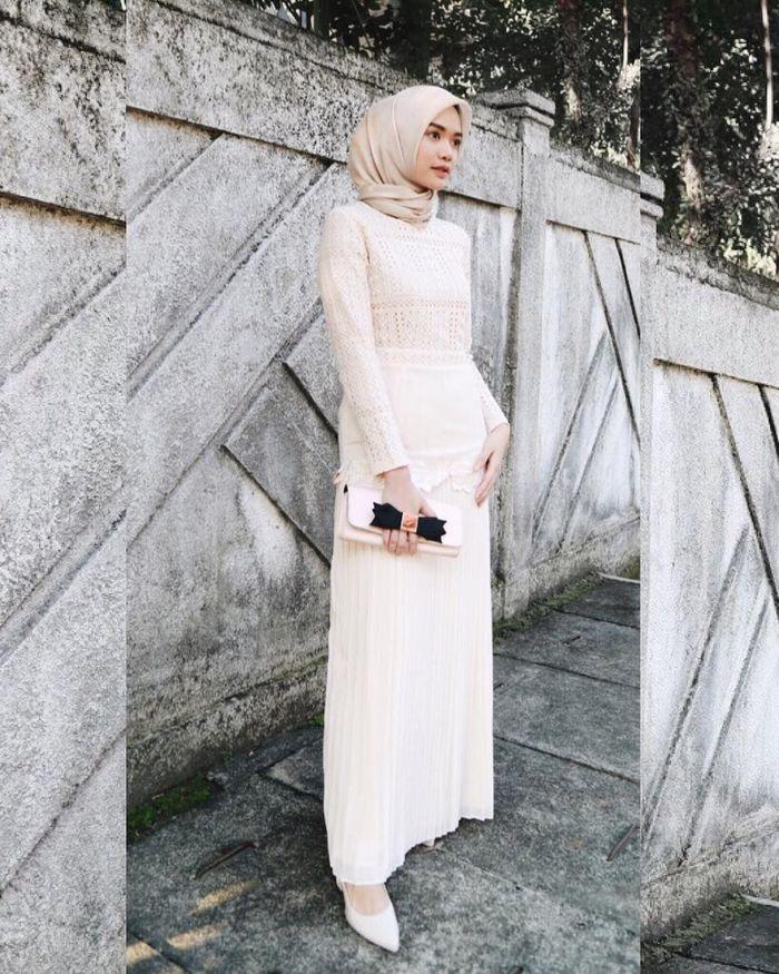 Simpel Hingga Glamor Ini 5 Dress Hijab Putih Untuk Kondangan Kece Semua Halaman Cewekbanget