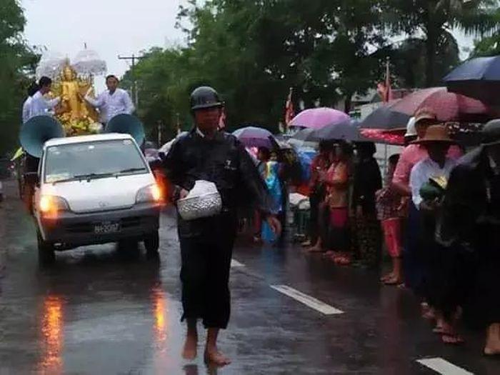 Orang-orang mengantre untuk mendapatkan beras.
