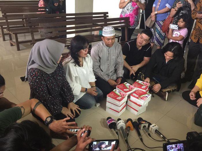 Acara doa bersama yang digelar oleh keluarga Kriss Hatta di Pengadilan Negeri Kota Bekasi, Jawa Barat, Kamis (4/7/2019).