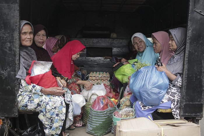 Routine activities of Nagari Pariangan women in the domestic sector.  Household chores are dominated by women, such as shopping for weekly necessities from the Simabur market three kilometers from Jorong Pariangan every Monday.