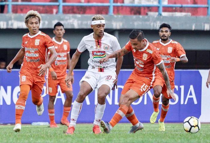 Gelandang Persija Jakarta, Bruno Matos, berebut bola dengan para pemain Borneo FC pada leg kedua semifinal Piala Indonesia 2018.