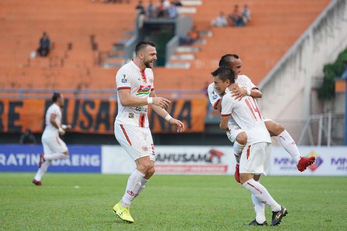 Ismed Sofyan merayakan gol yang dicetaknya bersama Riko Simanjuntak dan Marko Simic saat Persija Jakarta dijamu Borneo FC di Stadion Segiri, Samarinda, Sabtu (6/7/2019).
