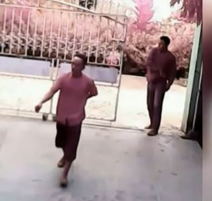 Kedua pelaku yang tertangkap kamera mencoba merampok menggunakan senjata api
