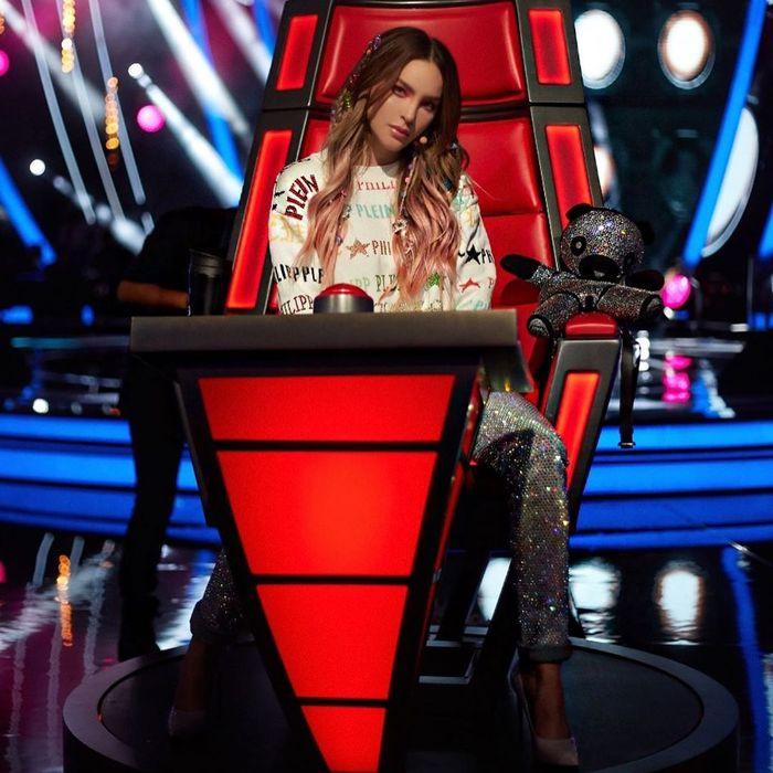 Tak hanya itu kini Belinda bahkan didapuk sebagai juri di The Voice versi Meksiko, la voz tv azteca.