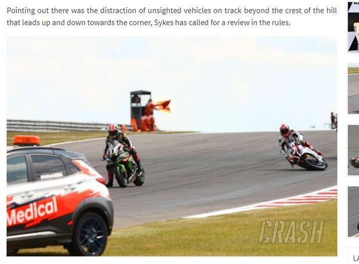 Rider BMW, Tom Sykes, terjatuh saat melakukan cool down lap pada Superpole Race WorldSBK di Donington Park, Inggris, Minggu (7/7/2019).