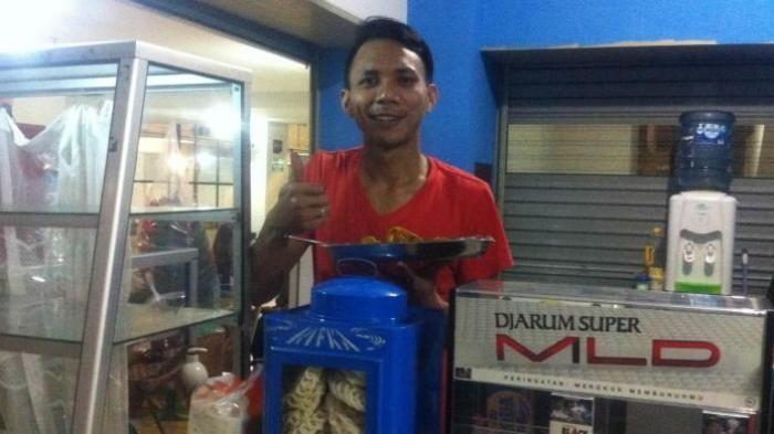 Mantan anggota Brimob Briptu Norman Kamaru beralih profesi menjadi penjual makanan di Kalibata City, Jakarta