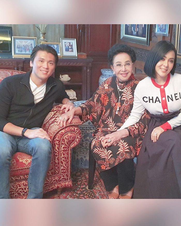 Foto Bareng Bos Mustika Ratu, Syahrini Tampil Modis Pakai Cardigan Branded Harga 35 Juta Rupiah!