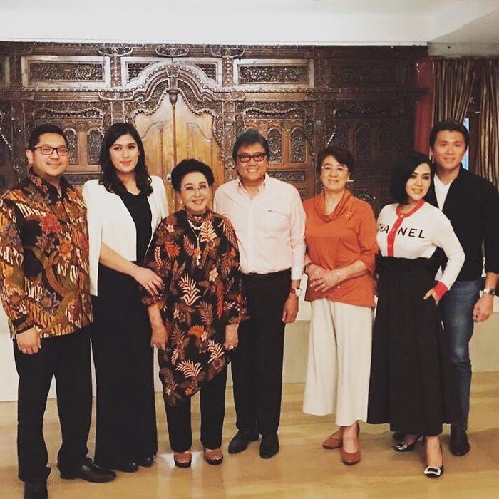 Syahrini bersama sang suami, Reino Barack, berfoto bersama keluarga Mooryati Soedibyo