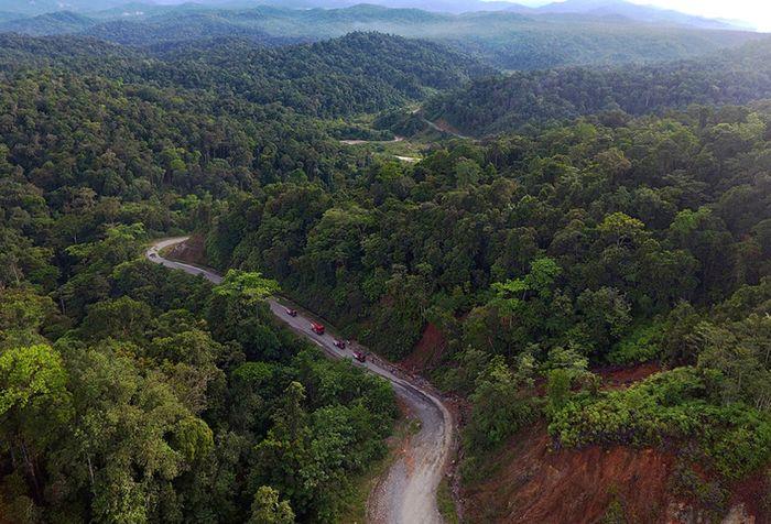 Sejumlah truk pengangkut BBM dari TBBM Nabire melintasi kawasan hutan menuju sejumlah daerah pedalaman di antaranya dogiyai, paniai hingga yang terjauh Kampung Obano di Papua, Rabu (28/11/2018). Meski dengan upaya distribusi yang tidak mudah, program BBM satu harga menjadi sangat vital bagi masyarak