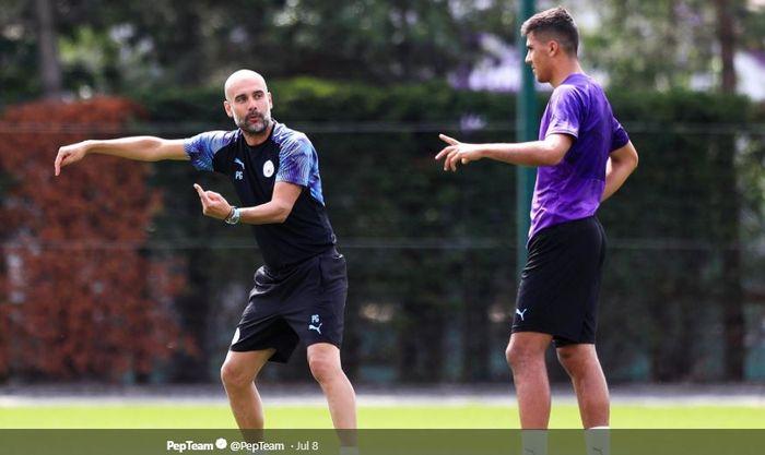 Pelatih Manchester City, Pep Guardiola, memberi instruksi kepada Rodri Hernandez dalam sesi latihan pra-musim 2019.