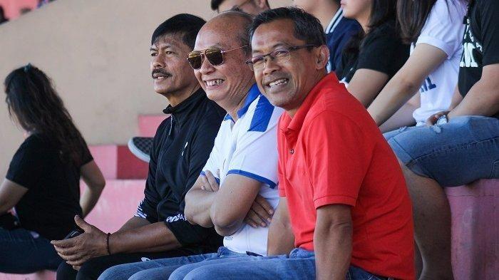 Aji Santoso duduk berdampingan dengan CEO PT PSIM Jaya, Bambang Susanto, dan Indra Sjafri selaku konsultan pembinaan sepak bola usia dini PSIM di laga kontra PSBS Biak, Minggu (14/7/2019).
