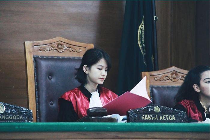Leanna, sosok hakim cantik yang viral di media sosial.