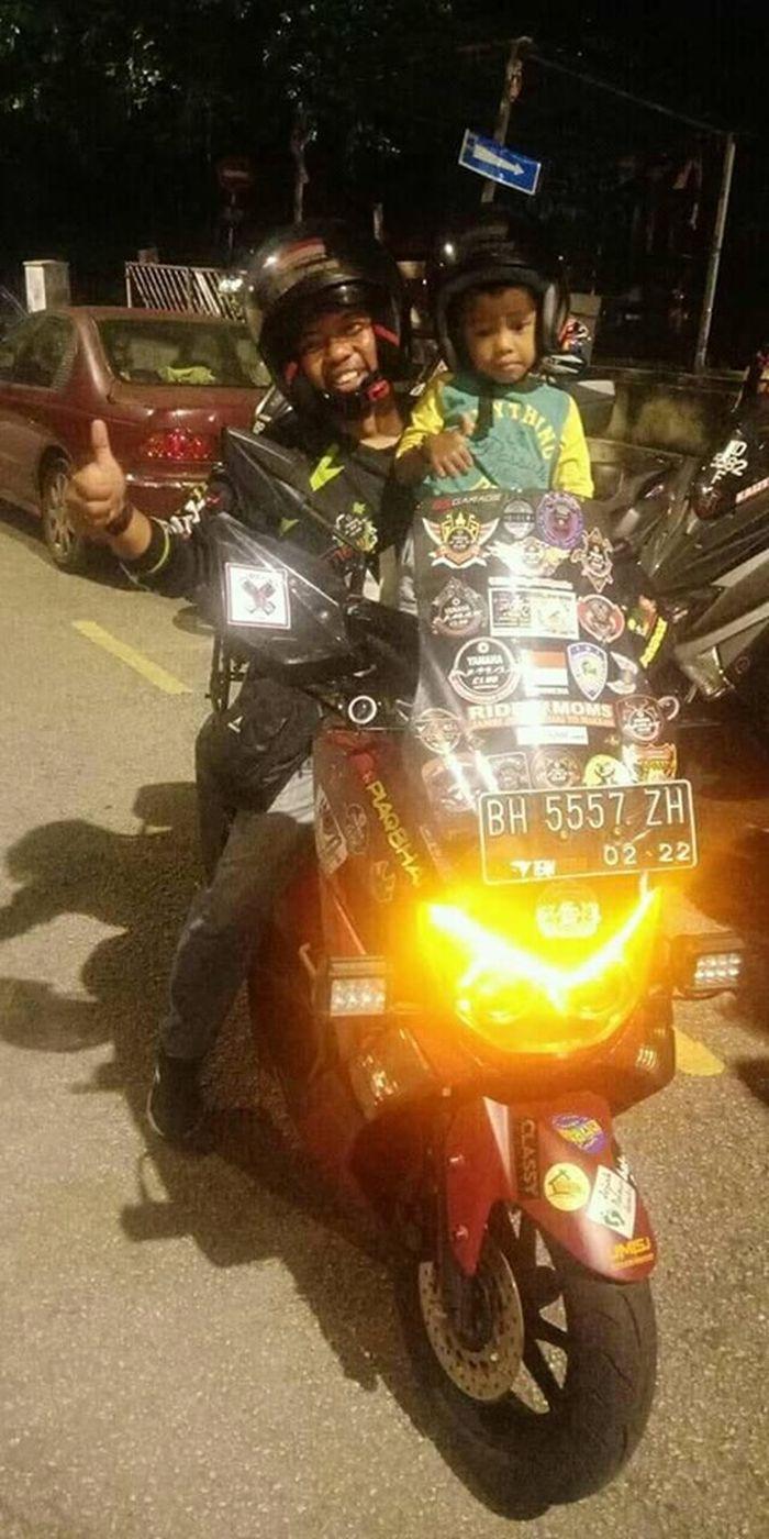 Lilik Gunawan (38) bersama putranya.