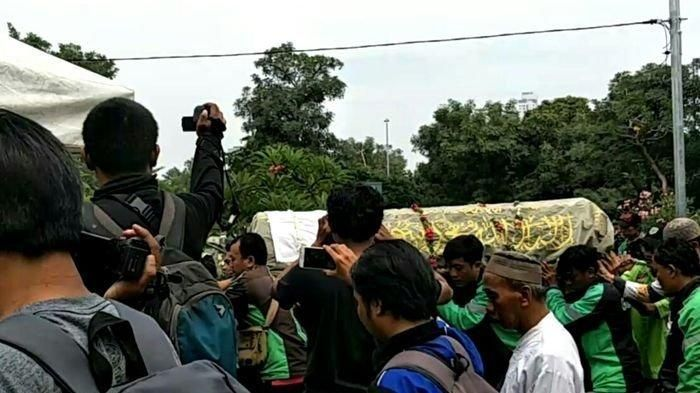 Hundreds of online motorcycle taxi drivers take the body of senior artist Laila Sari to the funeral