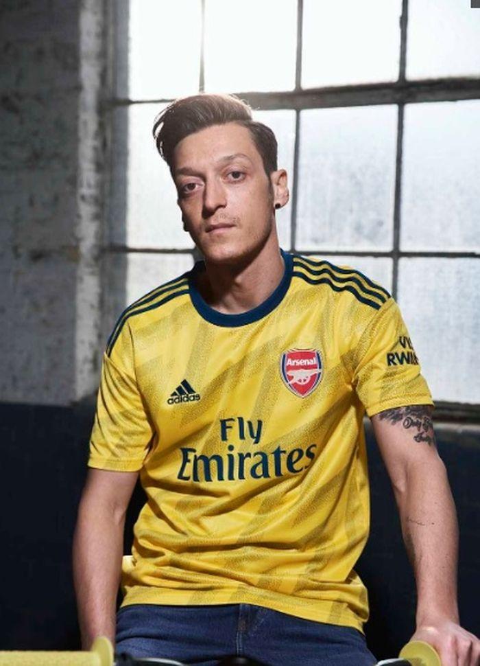 Ozil memperkenalkan kostum tandang Arsenal 2019-2020 berkolaborasi dengan Adidas